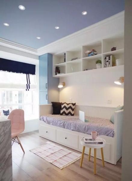 开放式书房配置的沙发床,工作累了可以在这儿小憩,也能兼作客房使用。