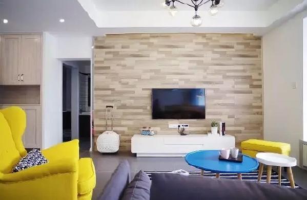 原木色地板上墙,构成了一个简单自然的电视墙,白色旅行包是旅行不能或缺的必备品,此刻休息的它又成了一个不错的装饰品。