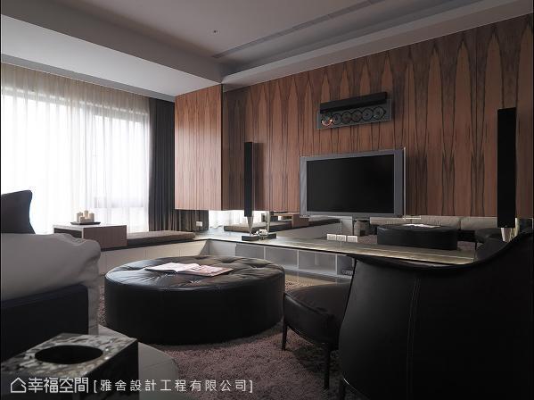 电视墙以纹理分明的木皮铺陈,特殊的立面线条描绘出自然的写意氛围。