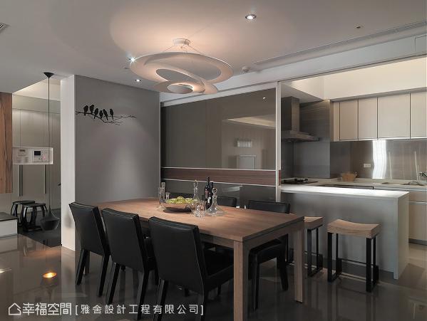 利用电动玻璃拉门界定餐、厨区,可依屋主需求敞开或关闭门片,让空间的运用更显弹性。