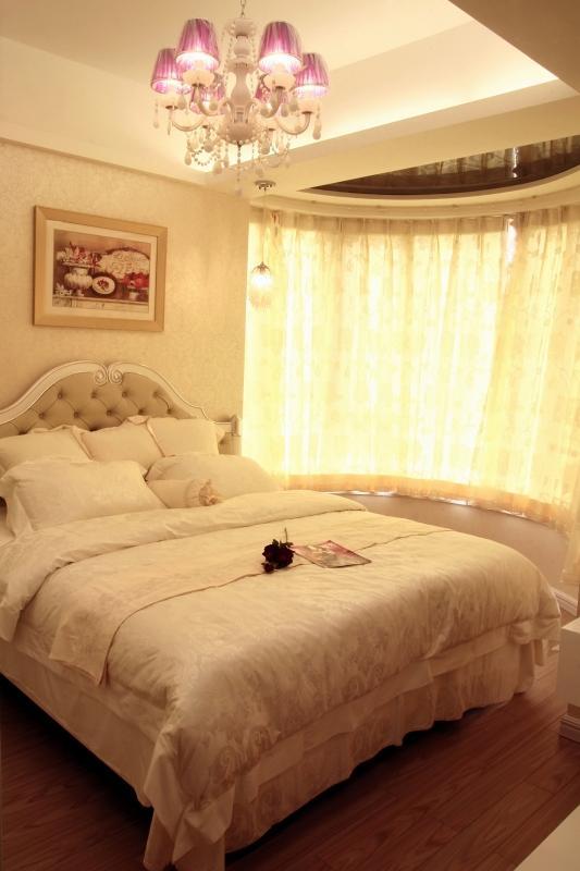 次卧室的整体设计就比较简约了,属于现代与欧式结合的简欧式效果。简单,舒适就够了。