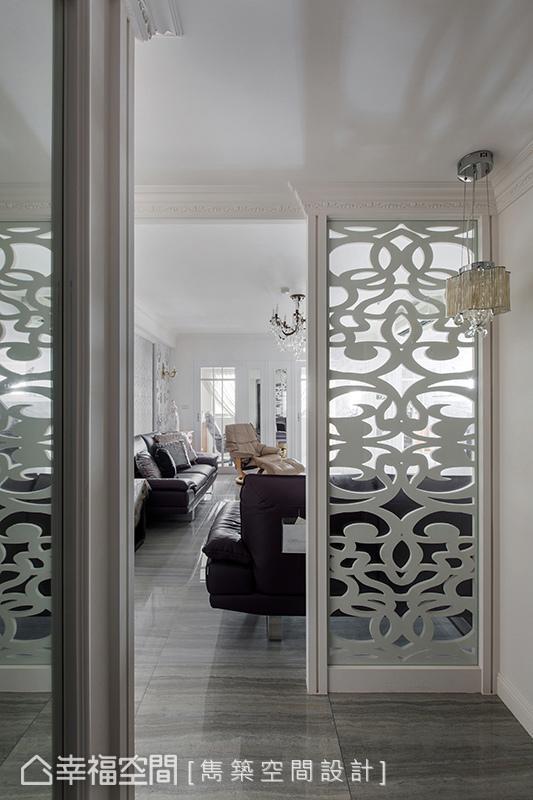 窗花造型的屏风设计,巧妙界定内外领域,镂空的视觉替空间营造出透视美感。