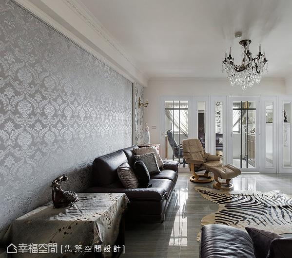 利用微奢新意的印花图腾壁纸,与具反射、透亮的材质,铺陈一室绝美氛围。