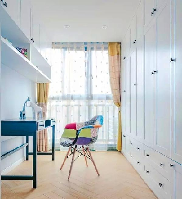 ▲ 原户型的阳台改造成了小书房,设计了足够多的收纳功能