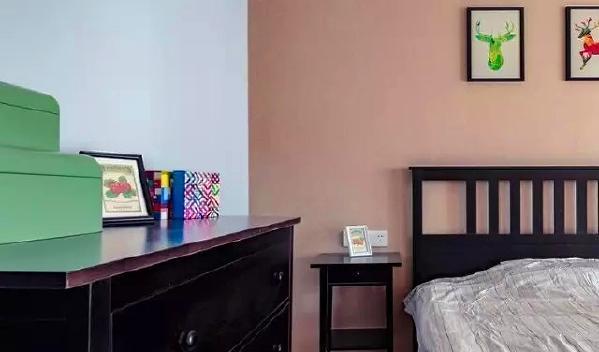 ▲ 另外一个卧室床头背景采用了咖啡色