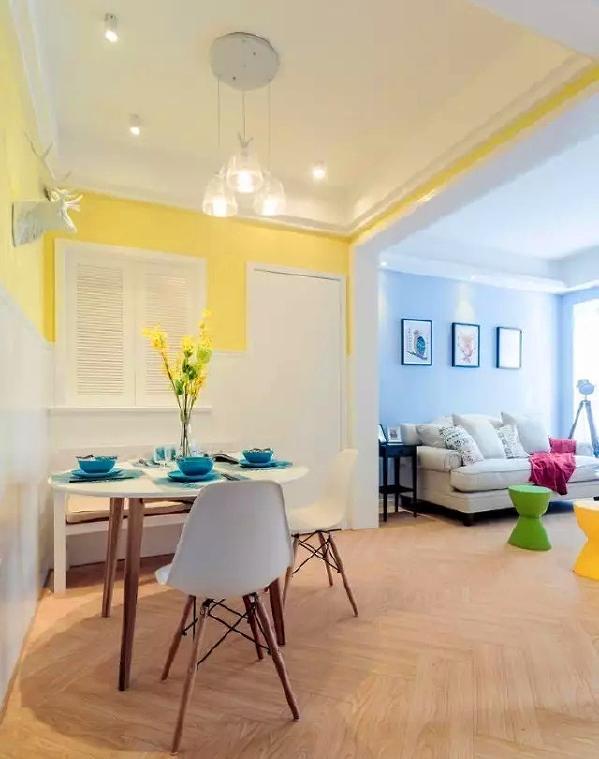 ▲ 小餐桌加上白色埃姆斯椅,一束小黄花点缀,小清新氛围