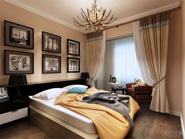 主卧采用强化复合地板,顶面为石膏线;次卧采用榻榻米,增加了足够的储物空间;