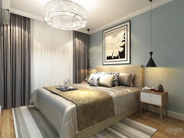 主卧的设计很简单,选择了偏暖色的床,但墙面颜色的选择为蓝灰色,使空间不单调。