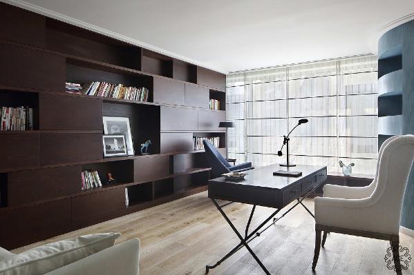 不管白天或是黑夜,光线与形成包围感的书柜以及为阅读者精心挑选的阅读躺椅,都为男主人找到了一处自由放松之地。