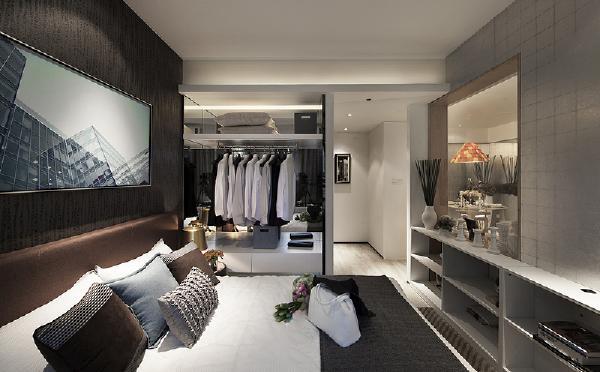卧室的亮点在衣柜设计,合理利用了空间。后现代风格挂画与灰色非常搭配。