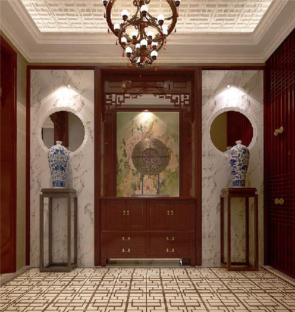 电梯入户门厅原设计想把防盗门改在门口,后设计把狭长的过道作为衣帽间,定做衣帽柜。顶面造型吊顶把过道设计不过于狭长。