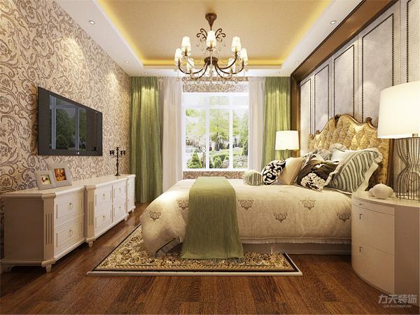 在卧室使用的也是欧式风格,墙纸用的欧壁,使用了复合木地板,窗帘使用了浅绿色作为整个家居的提亮点,电视柜以及床头柜都使用了欧式风格,子灯具上也运用了欧式风格,在原顶也使用了与客餐厅一样的银箔原顶。