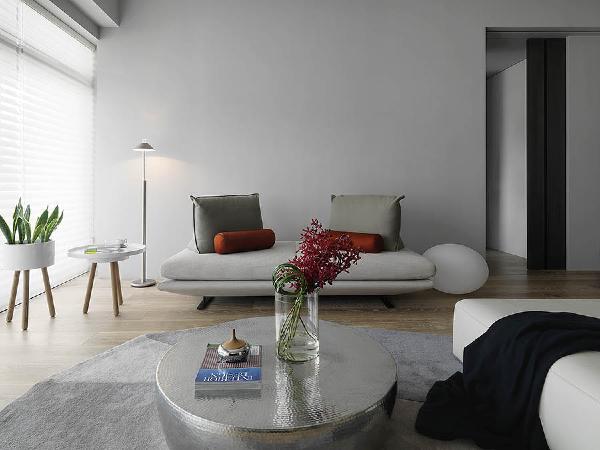 客厅展现出传统与现代居室风格的碰撞,以现代的装饰手法和家具,结合古典中式的装饰元素,来呈现亦古亦今的空间氛围。