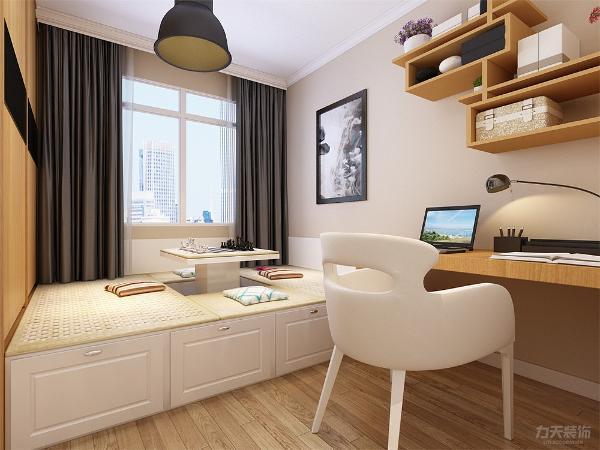主卧面积较大,放有梳妆台,衣柜,家具的选择也简单大方,没有做吊顶的设计,采用了原顶,次卧没有放床,而是放了榻榻米。