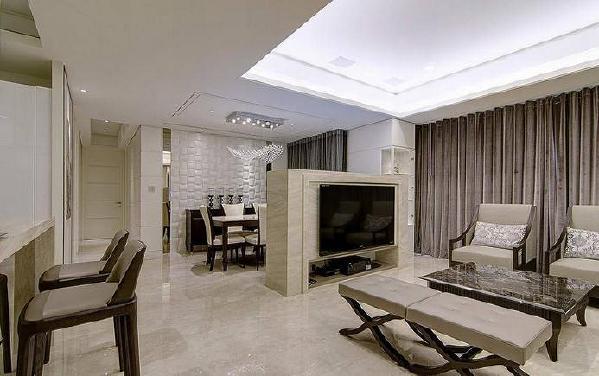 客厅设计师以层次打造步步为景,另女主人希望整体居家色彩清浅、耐看。