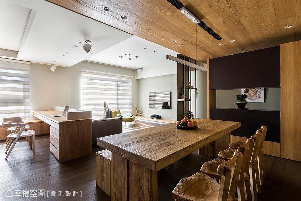 降低餐厅和玄关天花板高度,但保留客厅和书房原始屋高,让空间有豁然开朗的效果。