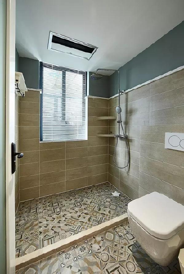 干净的米色亚光砖与木色地板砖搭配,既满足实用功能,又运用到了北欧最为经典的原色元素, 白色的洁具和蓝色的镜柜,使整个空间瞬间活跃起来了。