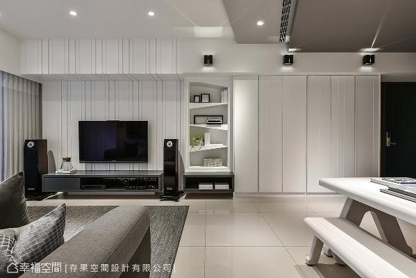 电视墙上方存在大梁结构,黄子绮设计师将电视墙的造型延伸至梁上,让视觉设计达到一致,电视墙彷佛变大且完整了。