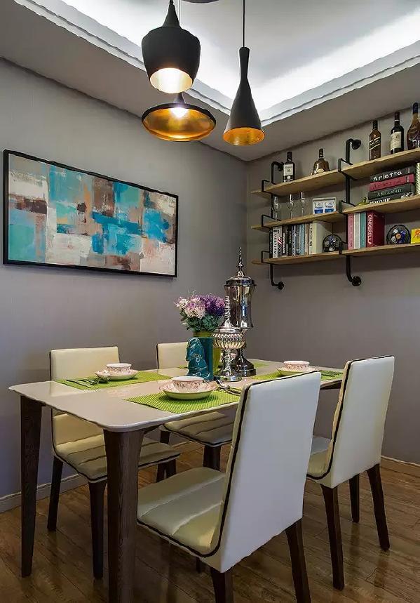简约的四人餐桌,精致的装饰物打造出奢华感,搭配墙饰,既不过分张扬,也突显出  主人的情趣。