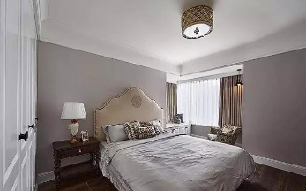 ▲ 和客厅一致的色调,主卧软包床品很舒适