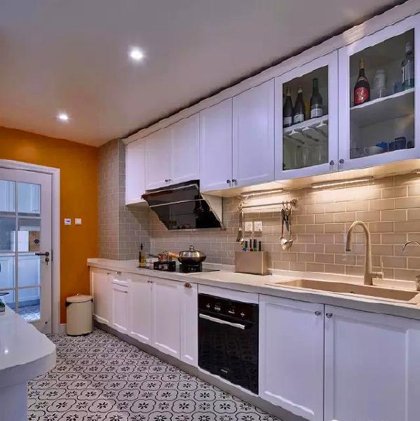 ▲ 奶茶色的墙砖,花砖地板,搭配白色橱柜和橘色墙面,浓浓的时尚气息