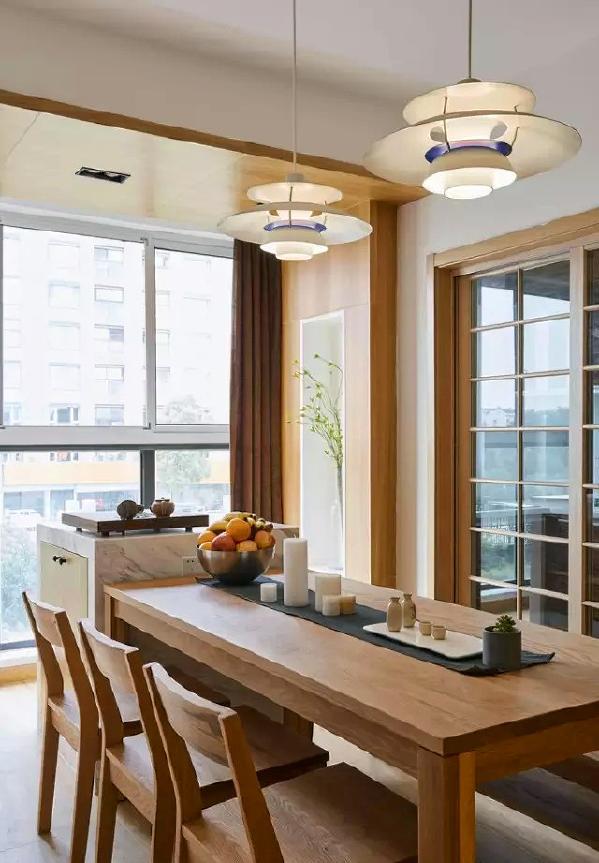 ▲ 玻璃推拉门后是厨房,飞碟灯很个性,木色的彻底运用,并不会单调