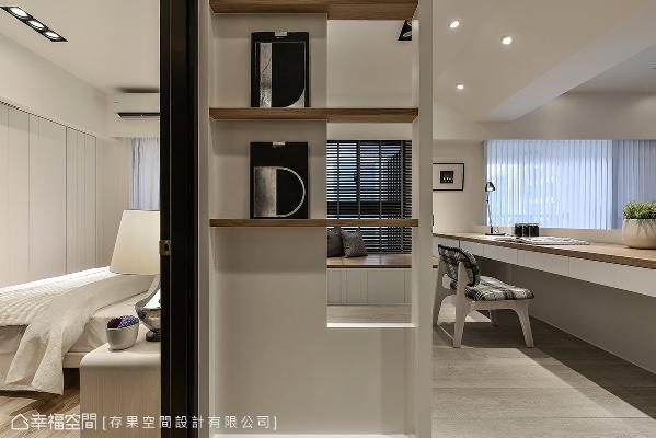 藉由书房后方壁面的角落,搭设几个木作层架,发挥设计小巧思,让空间的死角也是动人的情境。