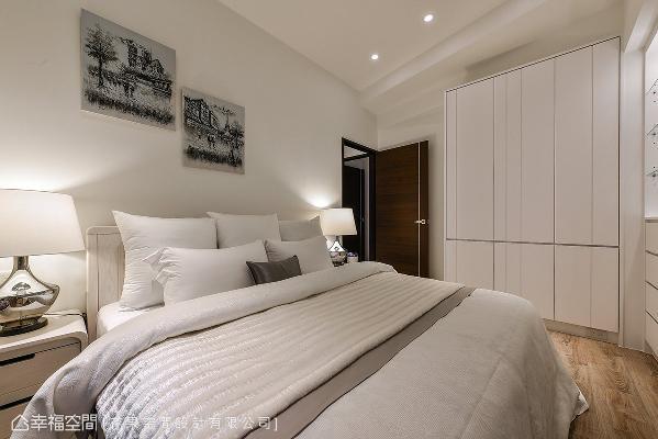 大量的白色系为基底,藉由木纹地板的纹理与沟缝线条的柜体设计,替空间挹注动人的韵律与生命力。