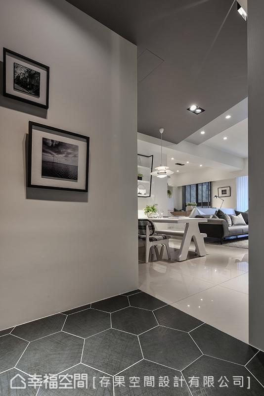 进口的六角砖铺陈地坪,细致纹理的搭配提升空间质感,呈现沉静的室内氛围。