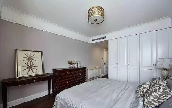▲ 白色柜门为定做,深色配搭家具让空间稳重