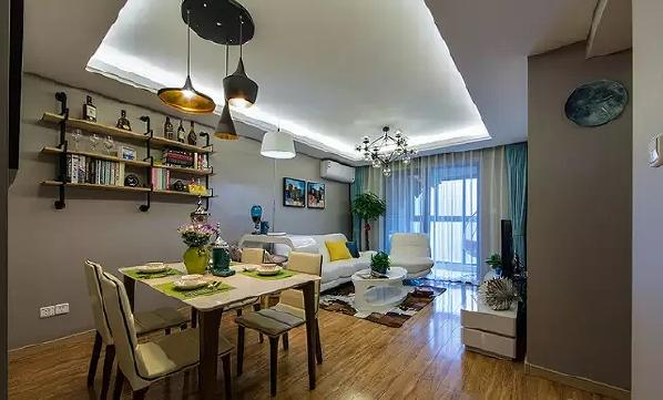 餐厅和客厅共处一室,不同的墙面装饰、吊灯,无形中划分出界限。