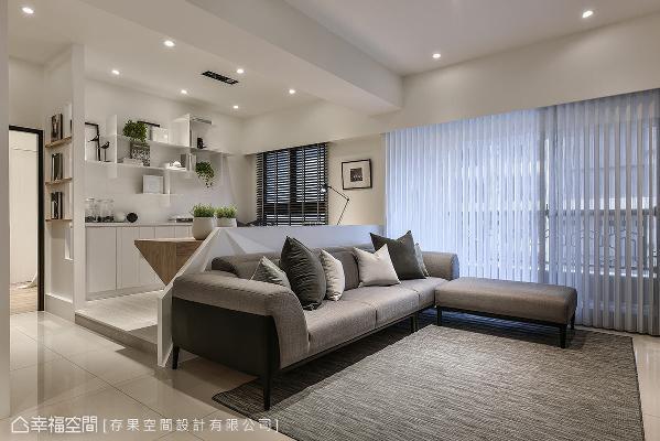 沙发后方无刻意筑起隔间墙,藉由架高地板、书桌摆设的方式,形塑出书房领域。