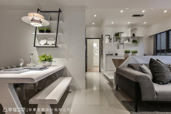 大量的白注入空间,壁面上的铁件层架成为唯一的风景,细致线条描绘出家的崭新风貌。