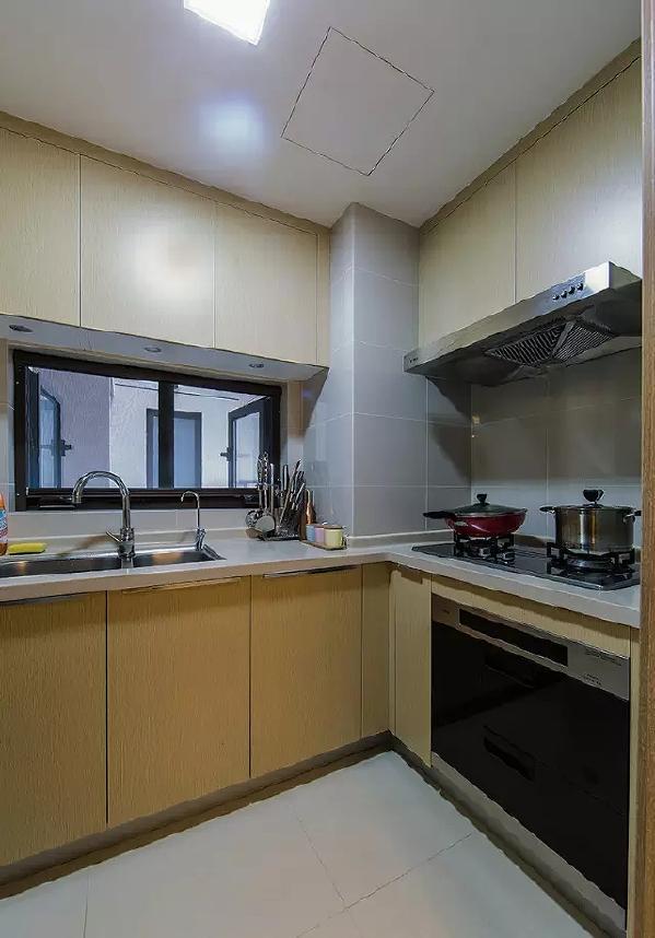 浅木色的厨柜简洁不累赘而又独特雅致,让厨房也能很有气质。
