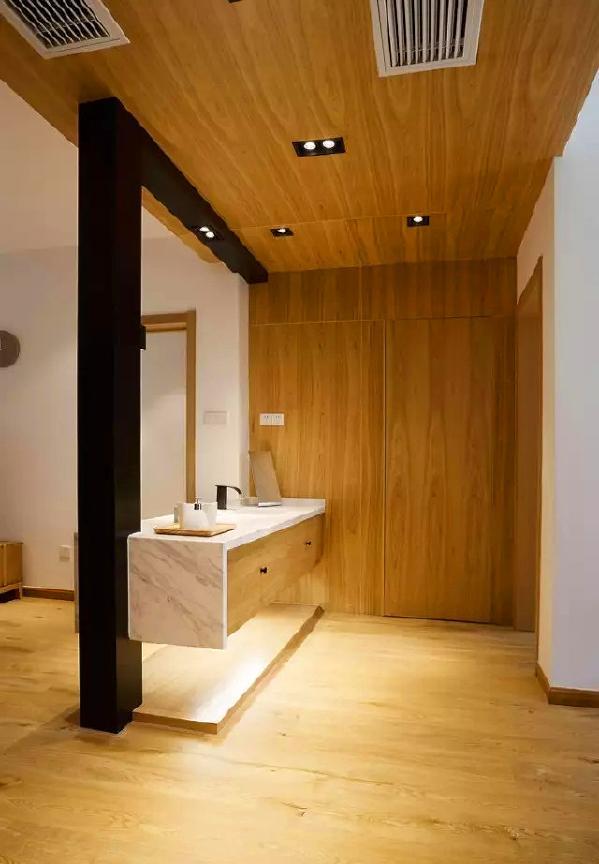 ▲ 厕所用木饰面做了隐形门,和吊顶融为一体