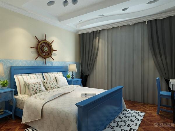 主卧室墙上也刷了浅色的乳胶漆墙上贴了壁纸,床和床头柜选择了深蓝色的,地面选择了深色的地板。
