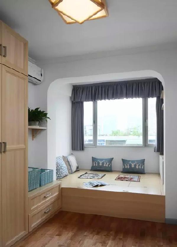 ▲ 客房全屋定制,榻榻米功能灵活丰富,搭配一体木色柜