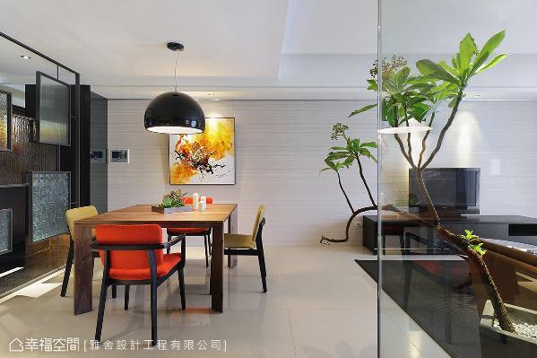 雅舍设计工程在一片纯净的空间里,藉由跳色椅子与黄橘色彩的画作渲染,擦亮视觉新意。