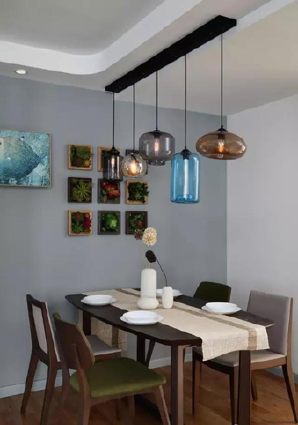 ▲ 玻璃组合造型吊灯,墙上是立体植物挂画,餐厅充满艺术气息