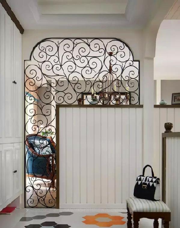 单独设计了门厅区,欧式铁艺镂空隔断,彩色六角砖的