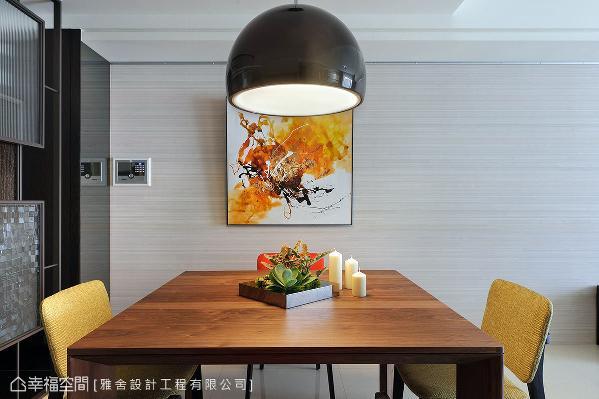 原木餐桌上饰以绿意植栽,烘托生气盎然之美,黄与橘色系挥洒其中,挹注动人的活泼气息。