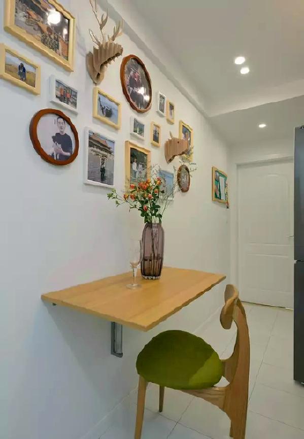 ▲ 照片墙装点生活,可折叠的小餐桌增加用餐区域