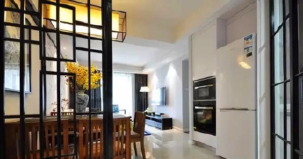 ▲ 餐厅的一侧设计了嵌入式的蒸箱烤箱和冰箱,避免的油烟侵扰