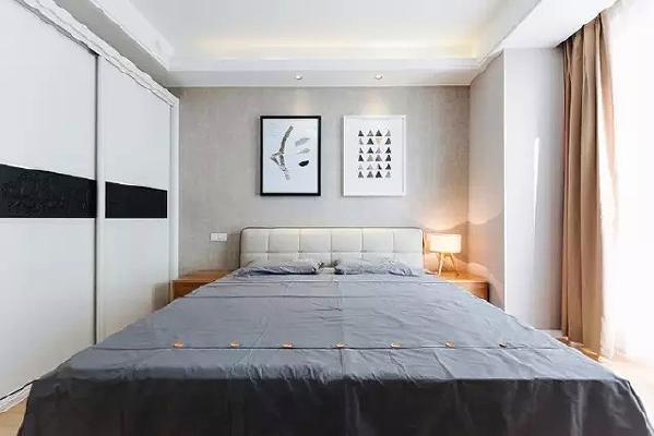 卧室贴心设计了双控开关,冬天再也不用瑟瑟发抖着下床关灯,真正的懒人福音。夜间专用的小夜灯,低照度不刺眼,晚上起夜不吵醒另一半。