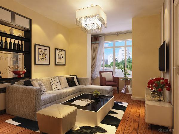 客厅电视背景墙采用条形壁纸,阳台放休闲桌椅,沙发采用L型灰色沙发,沙发背景墙采用挂画装饰