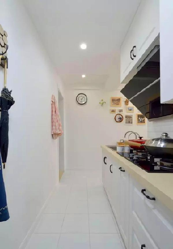 ▲ 进门就是厨房,左边墙壁用衣帽钩增加置物