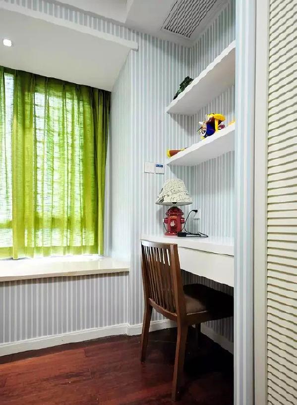 ▲ 一边墙面设计了综合收纳系统,柜子和书桌融合