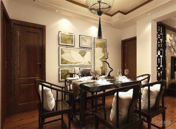将门厅玄关分出一部分作为餐厅区域,背景将一整幅荷花图切割为大小不一的画分别用相框装裱作为背景。