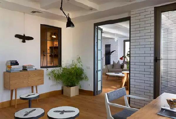 客厅区域的一些角落及细节设计,比如边柜、吊灯、踢脚线,门框