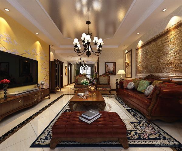 中间为黄色花纹壁纸,显得大气,美观,而不乏时尚感,沙发背景墙则以两边木框线圈边搭配欧式花纹壁纸,中间为石材浮雕的造型;